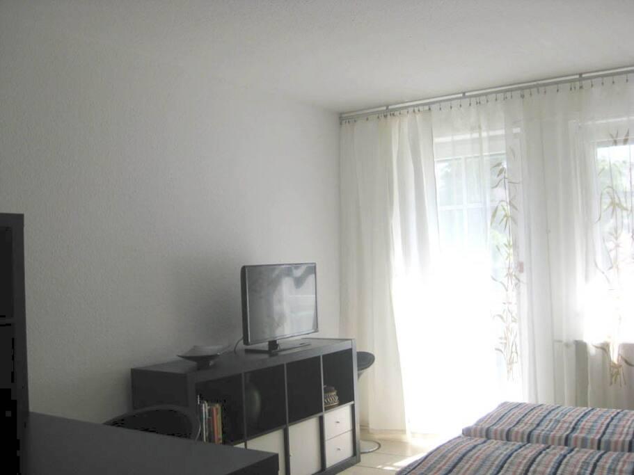 LCD Fernseher und Balkoneingang