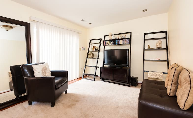 3 Br TH: Cozy and 25 min from DC