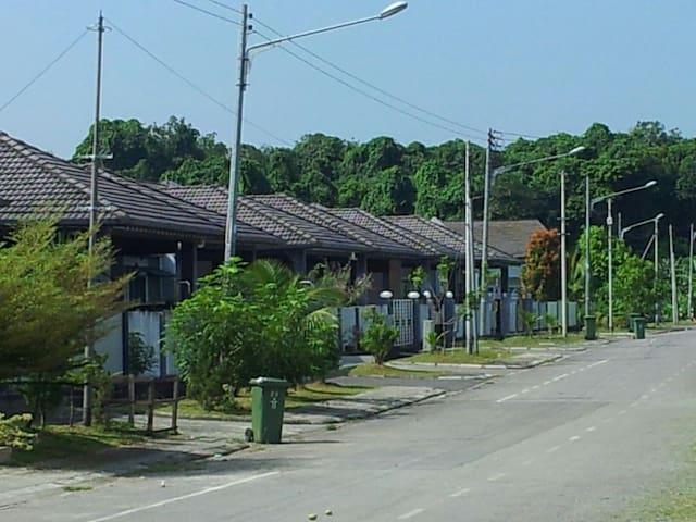 Nice  and comfortable 3BR Home - Kuching - Casa