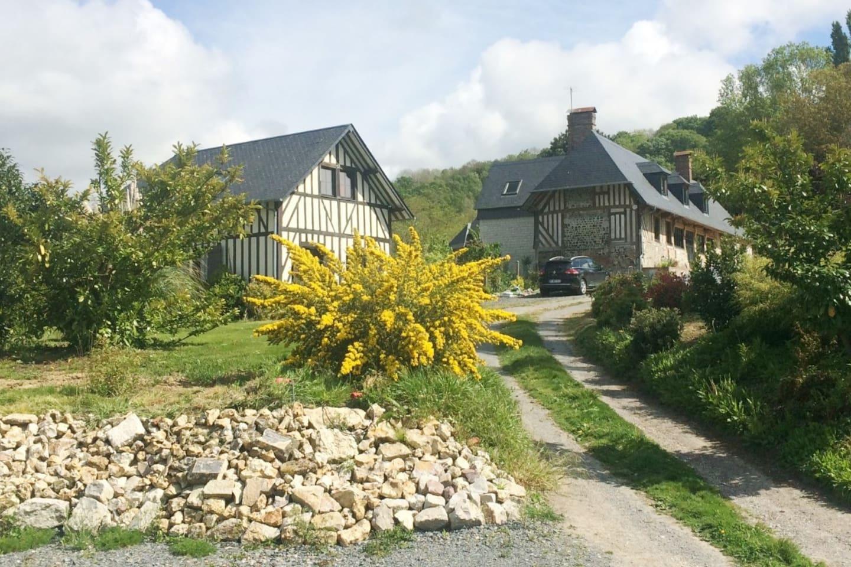 Véritable maison Normande ancienne à l'entrée du village dans un parc paysager.