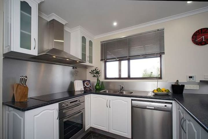 Perfectly Located - Devonport - Apartment