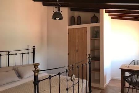 Kamer 1: ruime kamer (27m²) met inbouw kledingkast, hang- en leggedeelte