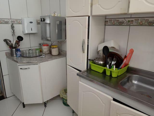 Cozinha com geladeira , microondas , purificador de água , fogão , liquidificador , cafeteira e etc.