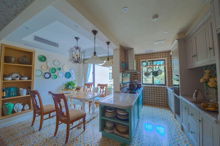 房子进门是一个开放式的空间,厨房饭厅都在一起,非常宽敞