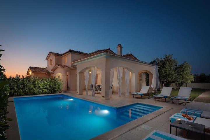 Elegant Villa Sunset Lady