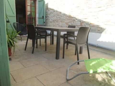 Maison en Quercy blanc avec terrasse ensoleillée