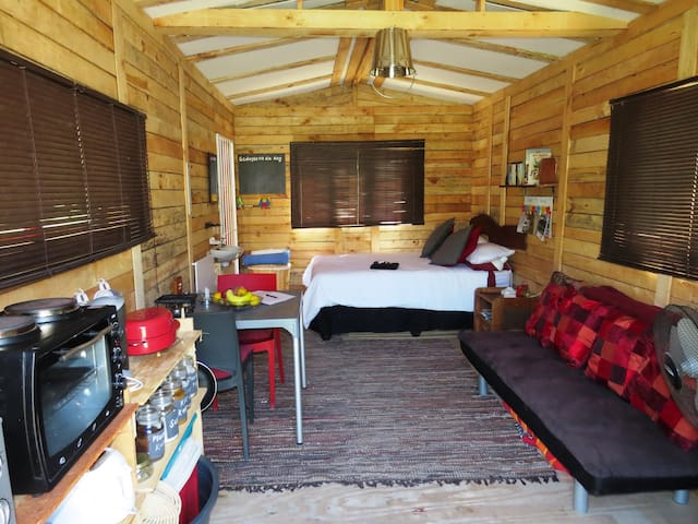 Cabin with fridge, kettle, oven, ice machine, tv, double bed and a sleeper's couch.