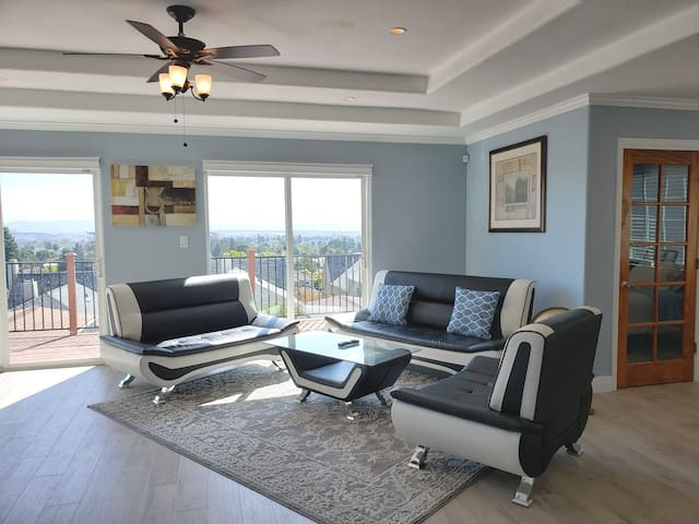 Luxury 3B/2B upper unit. Amazing view of the bay.