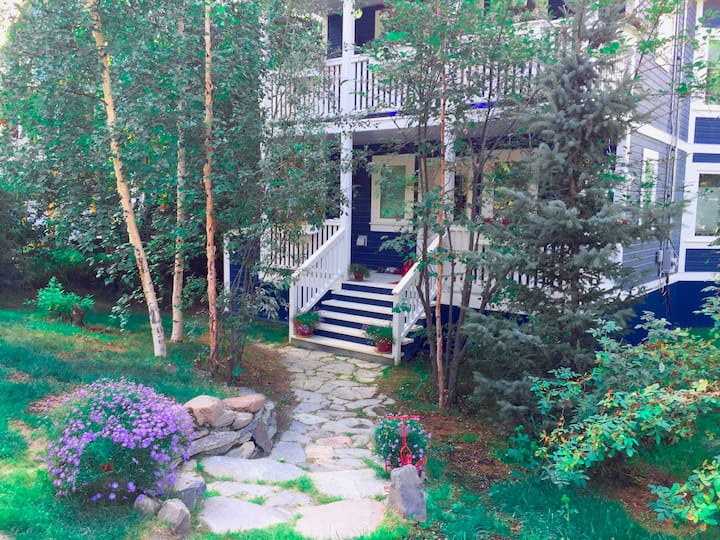 Contemporary 2 BDR Deluxe Vacation or Work Retreat