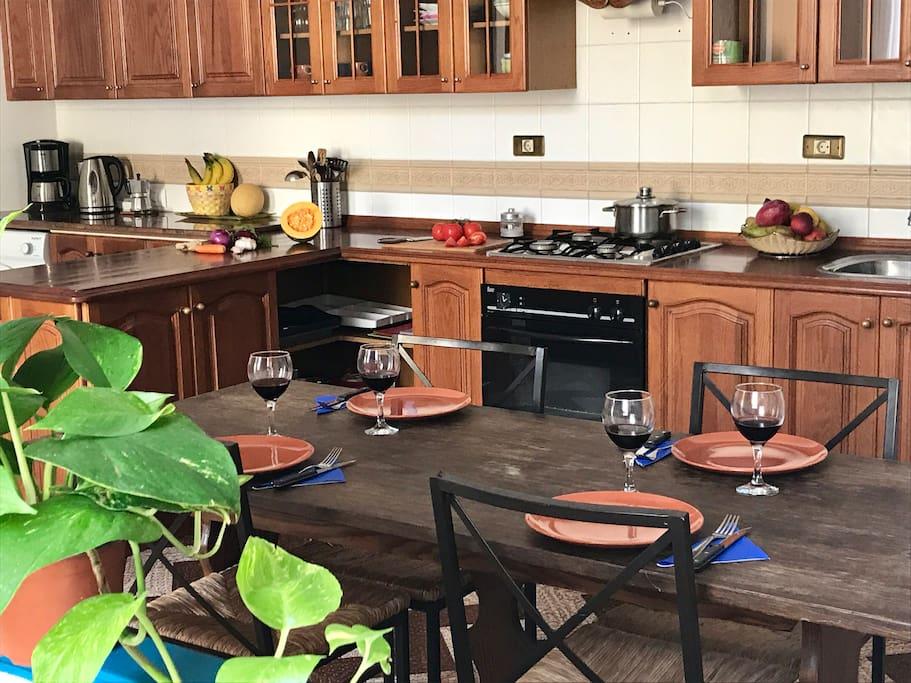 Cocina amplia y luminosa- Large and bright kitchen