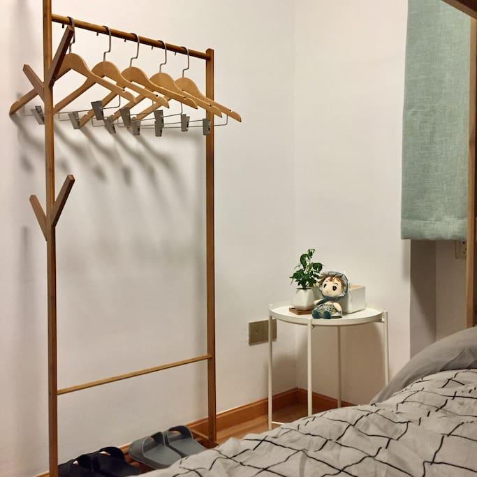 卧室:树枝款挂衣通 衣架管够 别客气