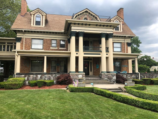 Historic Devilbiss Mansion, 3000 sf, 3rd fl aptmt