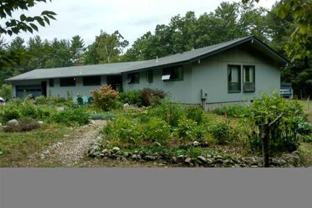 Spacious and cozy 4 bedroom ranch close to town - Amherst