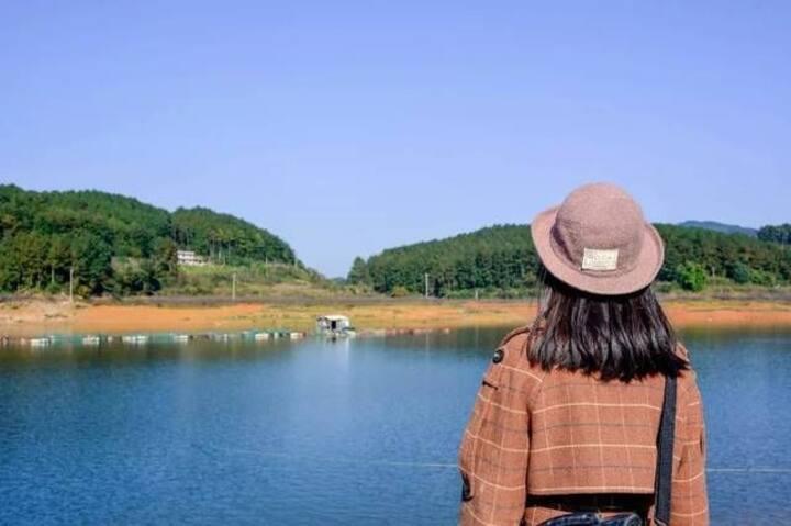 团溪镇龙岩湖边休闲农家乐,距龙岩湖约200米,是休闲度假,.旅游避暑好去处,欢迎大家来休闲度假,