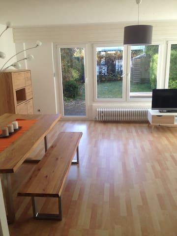 Reihenhaus neu möbliert mit Massivholzmöbel - Ottobrunn - Casa a schiera