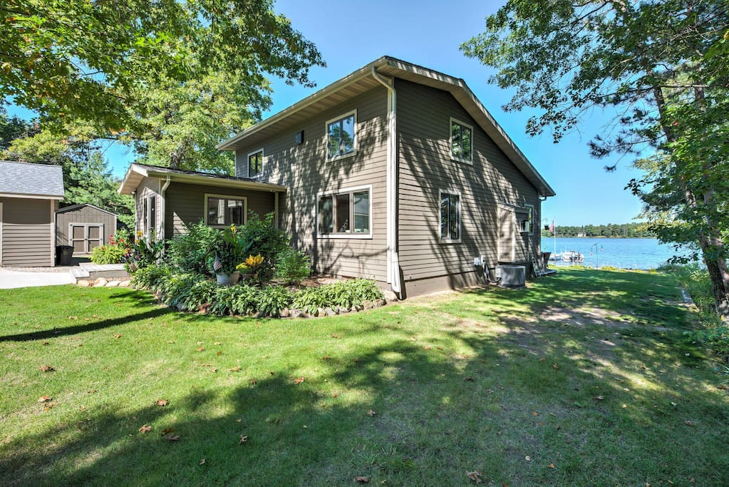Accommodating up to 8 guests, this home provides everyone with an idyllic lake retreat.