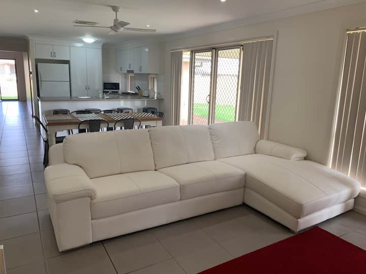 Modern 4BR sleeps 8ppl near Orana Mall NBN Netflix