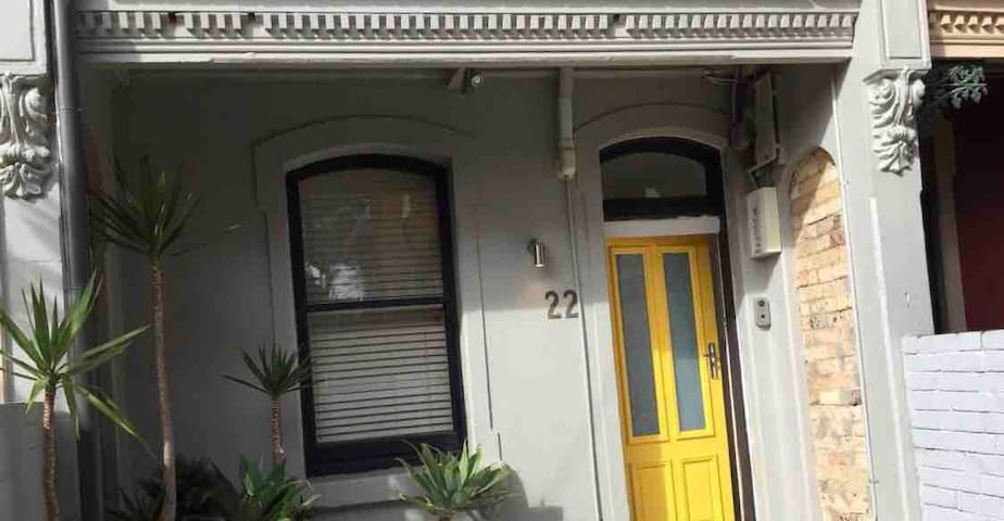 3.3 km from CBD. Private room in great location.