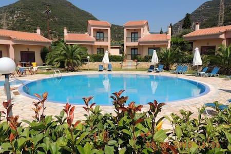 Πολυτελή Διαμερίσματα με πισίνα | Green & Blue - Marathias - Bed & Breakfast