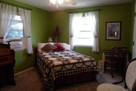 Stylish Bed & Breakfast Suite in Downtown.net