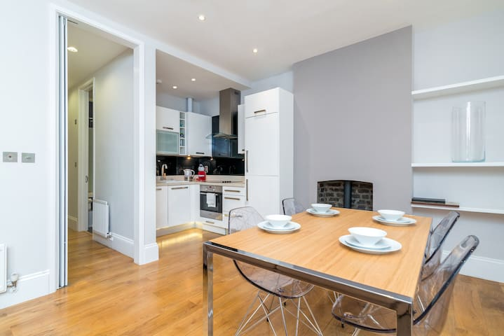 Modern 2BR Home in DALSTON w/Balcony, Fits 4