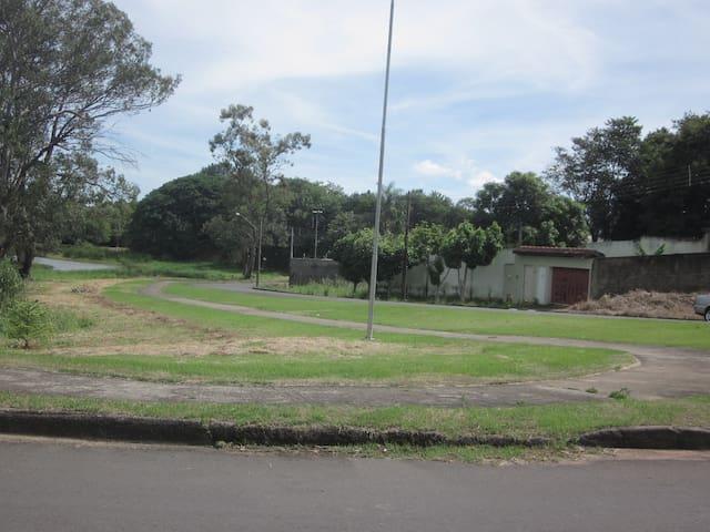 Pista de caminhada no bairro aos redores dos açudes a 500 mts da propriedade