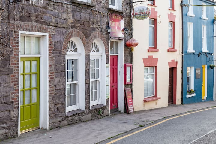 Georgian charm , Contemporary comfort, Central location in Green Street, Dingle. Deluxe apartment in the heart of town. Lime Green door into the apartment.