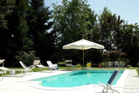 Camera in villa con piscina - piano di Malgrate - Aamiaismajoitus
