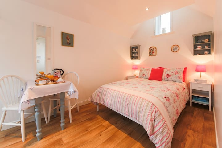 Private annexe by the sea, en-suite sleeps 2 - Penzance