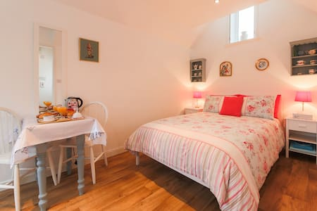 Private annexe by the sea, en-suite sleeps 2
