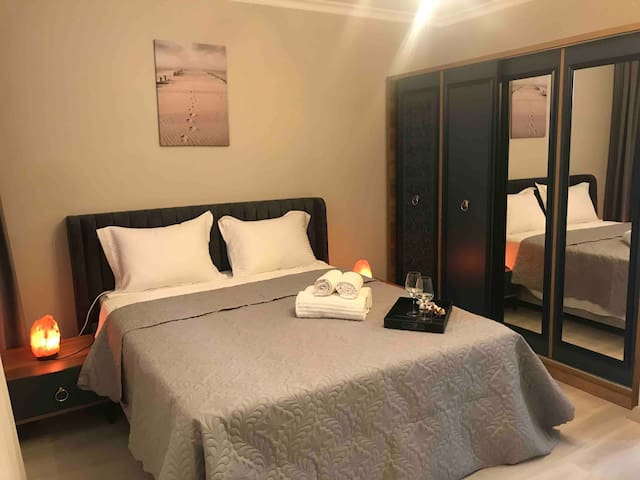 luxury matress and bedding sheets 100% cotton anti-allergic materials A big wardrobe