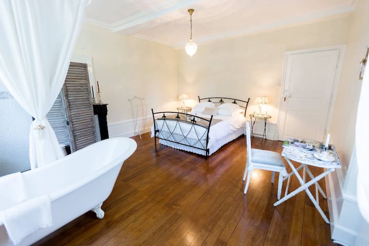 Chambre Louis -Double room-Luxury-Private Bathroom-Pool View