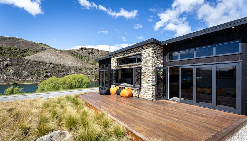 Lakefront Tranquility in Central Otago