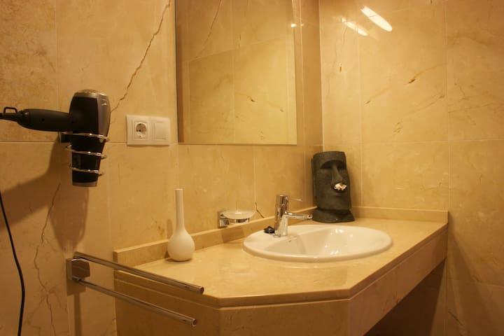 Ensuite-Bad Hauptschlafzimmer