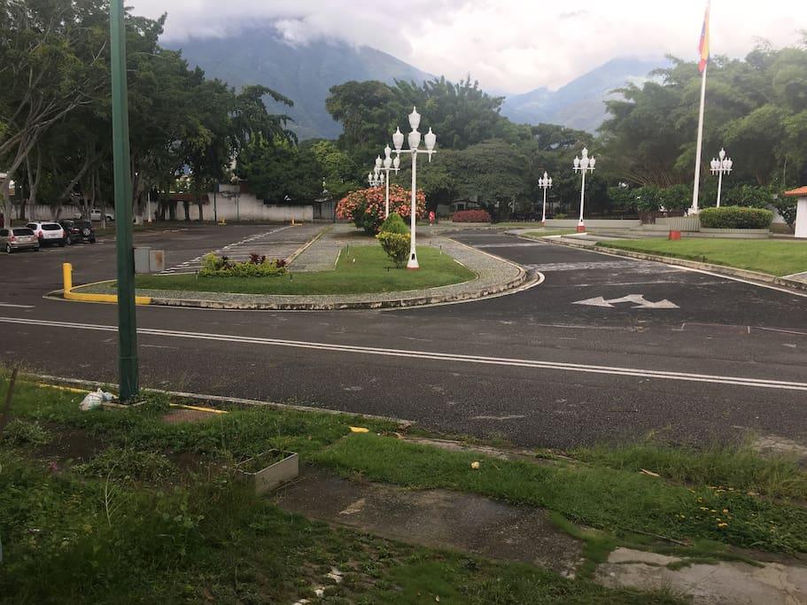 Vista contraria a la entrada, estacionamiento para visitantes.