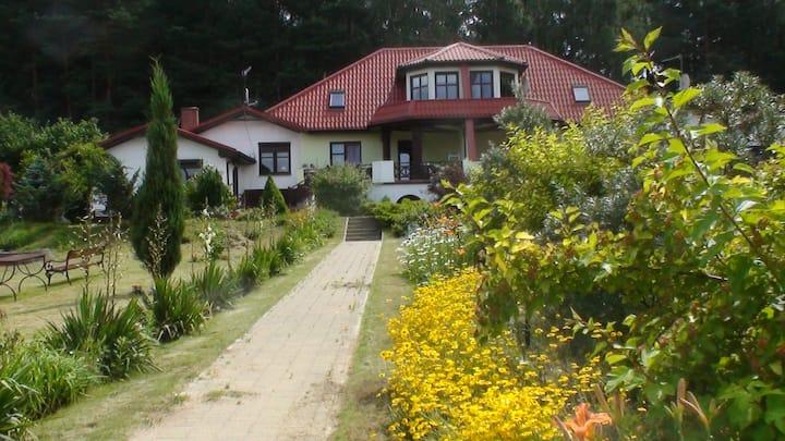 Apartament na piętrze dom nad jeziorem w Głęboczku