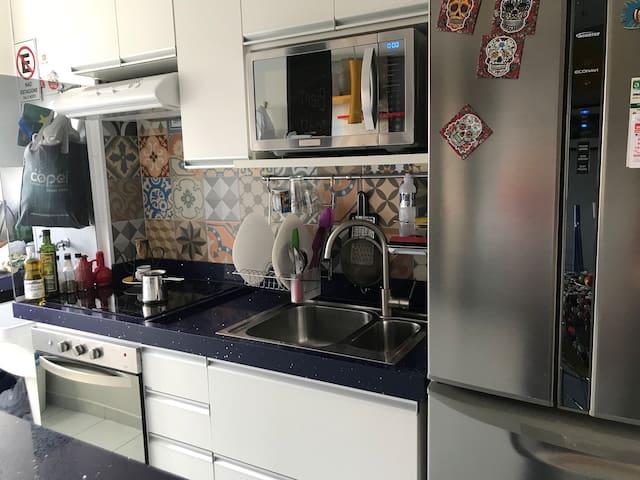 COZINHA  Veja, tem forno e um fogão elétricos, fáceis de serem mantidos limpos (dica). Há uma ampla geladeira e você poderá se alimentar se tudo o que tiver dentro dela, desde de que  reponha ou pague. Os muitos utensílios estarão todos a disposição