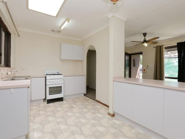 Bright, neat, convenient and fully furnished house - Armadale - House