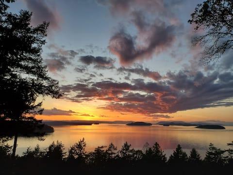 Orcas Island Sunset Cottage Retreat w/Ocean Views