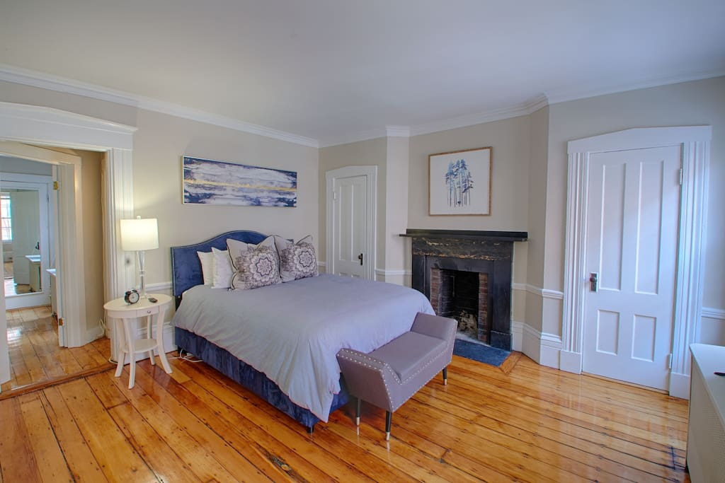 Master bedroom, queen size luxury bed
