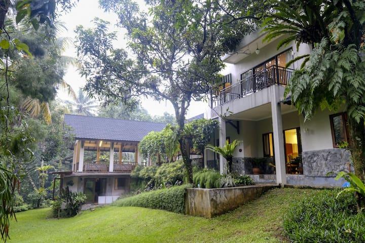 6BR Villa Heliconia w/ Fast Wifi at Rumah Gadog