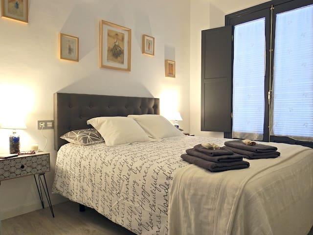 Habitación 1 con cama de 150x190cm, colchón de alta gama, aire acondicionado y bomba de calor, y ventilador de techo