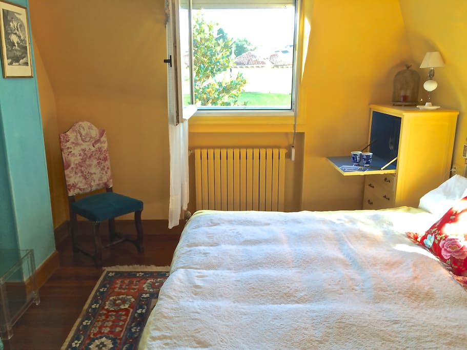 Bright and cheerful room, spacious with lots of storage