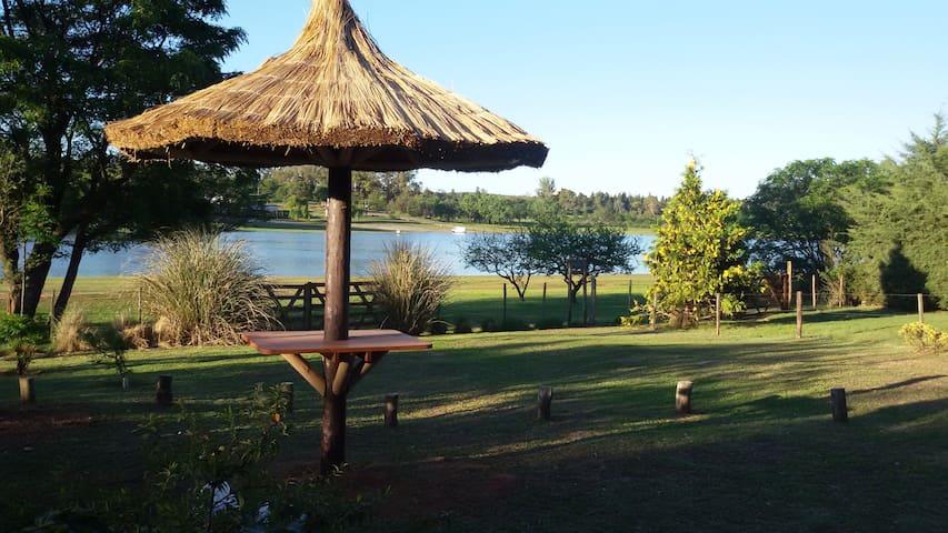 Cabañas a orillas del lago y al pie del cerro. - Villa del Dique - Wohnung