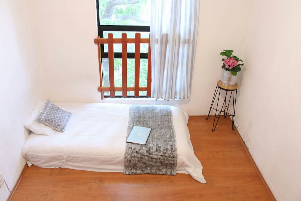 bedroom 2/2. Nice window, in this bedroom we can switch the bed to the corner of your preference, see other pics!