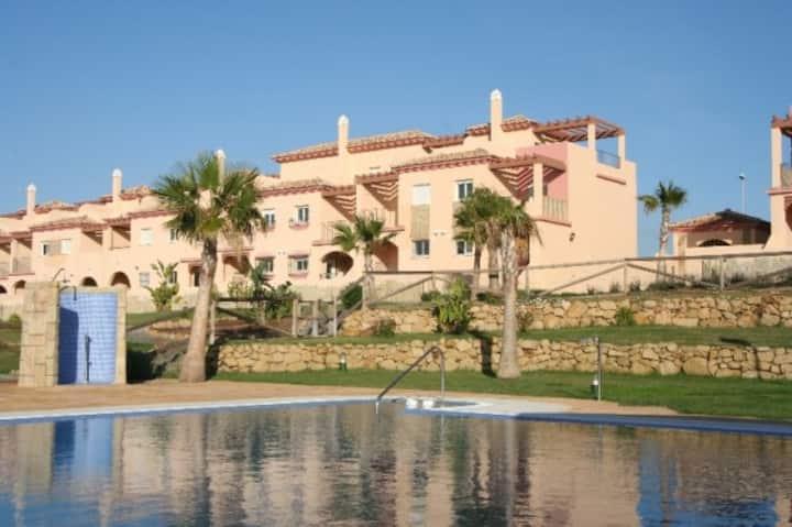 Casa adosada con piscina, jardin y padel.