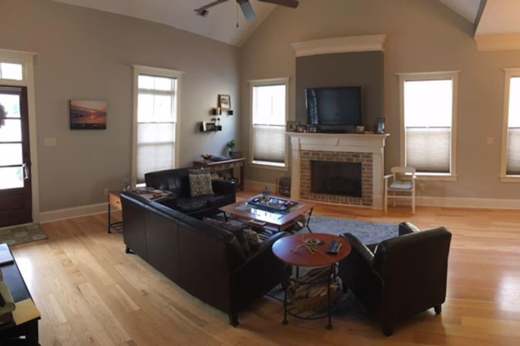 Open floor plan with vaulted ceilings