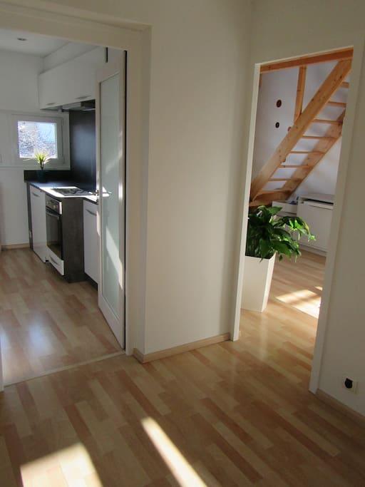 le hall d'entrée de votre appartement avec portes dans chaque pièce distribuant les 2 chambres, la cuisine ainsi que la salle d'eau.