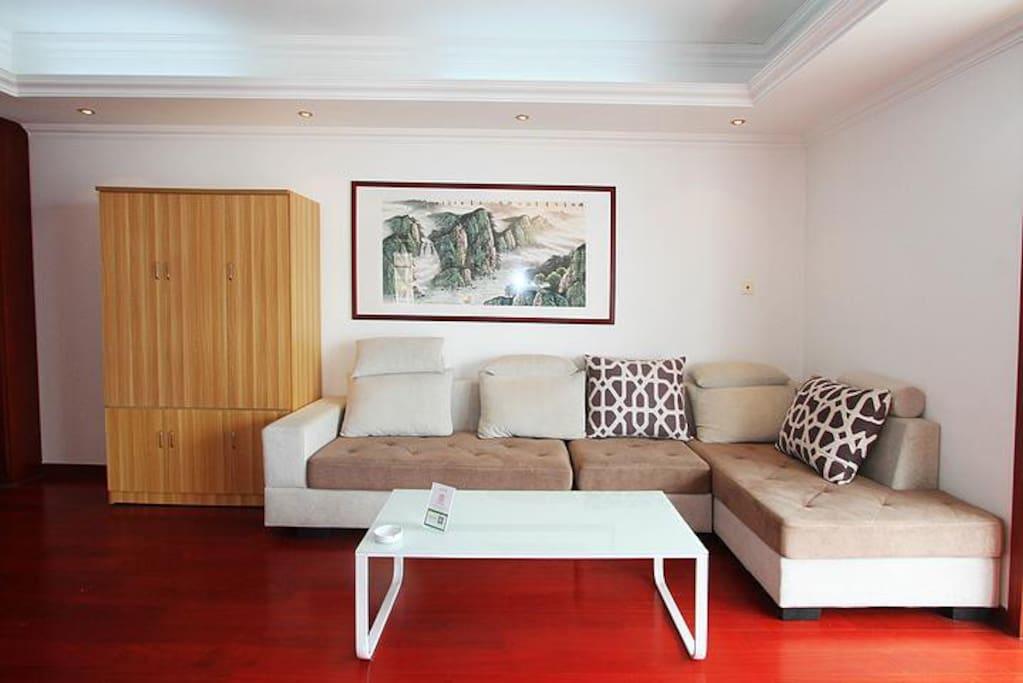 宽敞的客厅,配置一个衣柜