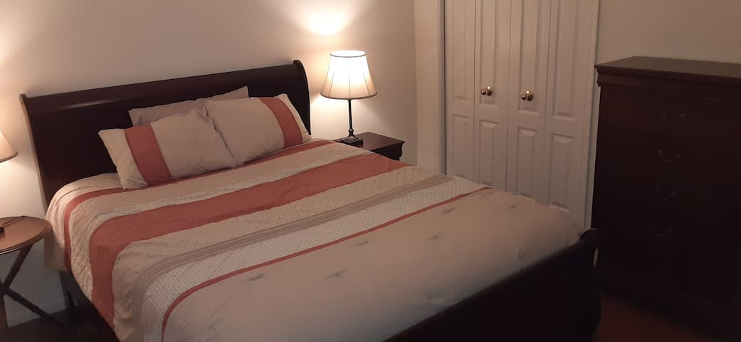 Clean & cozy queen bed/sh full bath/2nd floor loft